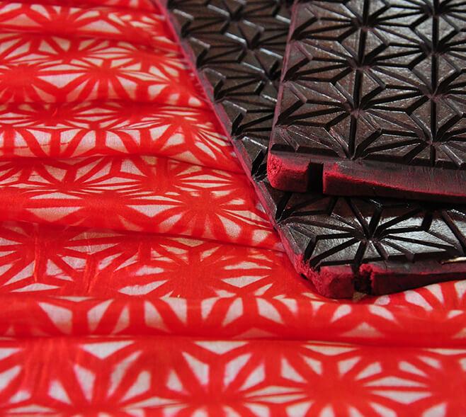 手仕事ギャラリー「秘めた赤、よりそう赤-たかさき紅板締めの世界」撮影:吉村晴子(たかさき紅の会代表)