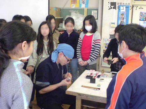 港区の小学校にて、紅の出張講座を実施