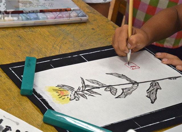 授業「紅と紅の文化を学び、紅花を描いてみよう」のお手伝いをしました